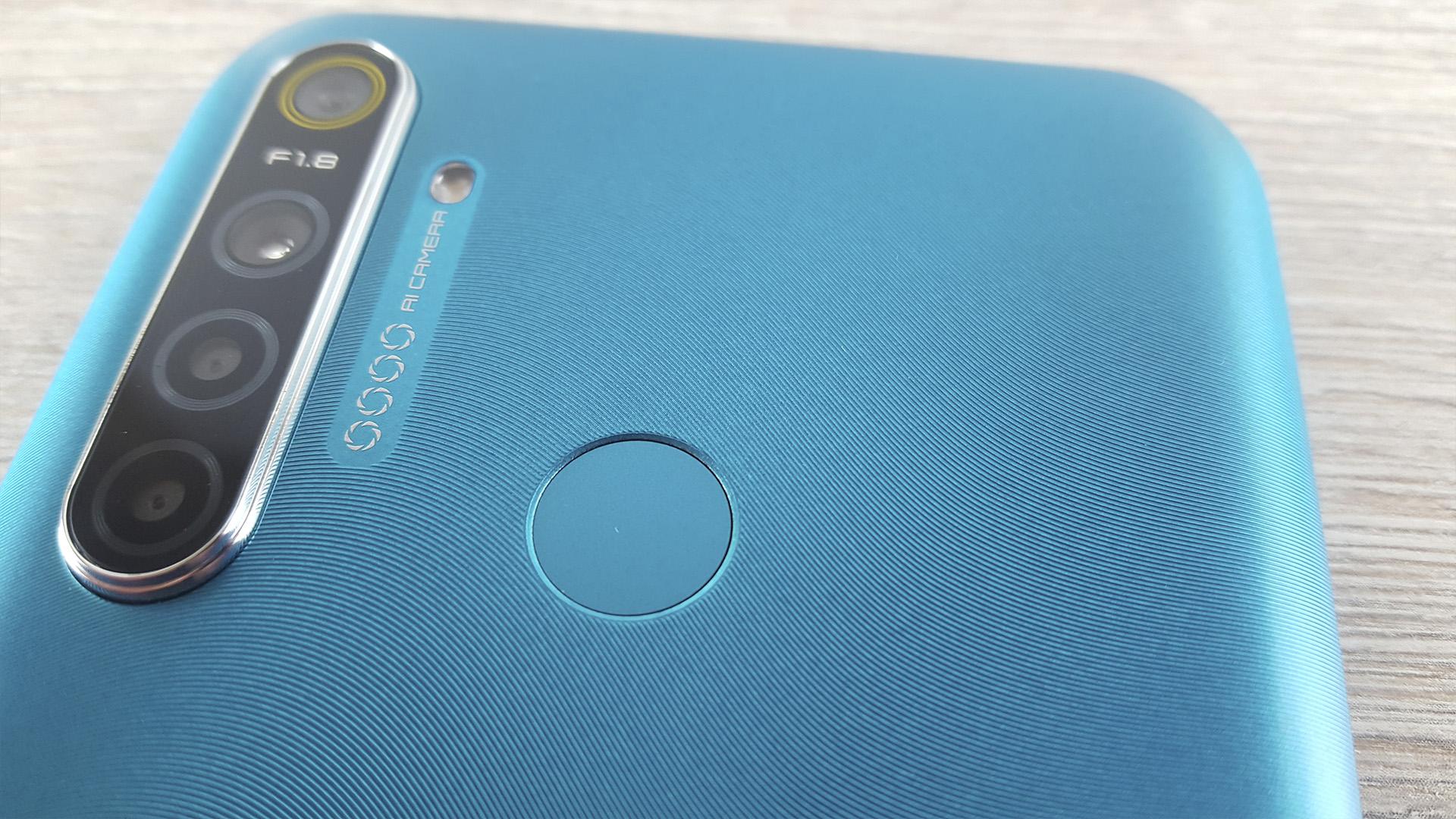Обзор Realme 5i задняя крышка текстура пластик сканер отпечатков
